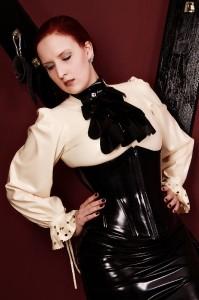 Domina Miss Leonie aus Hamburg im Gouvernanten-Outfit aus Latex